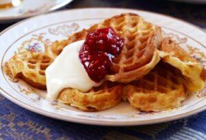 vaffel med rømme og syltetøy - waffle with sour cream and jam